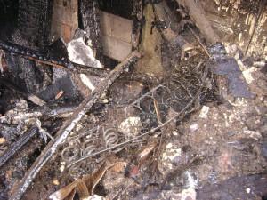 Фотография с места пожара с трупом женщины.